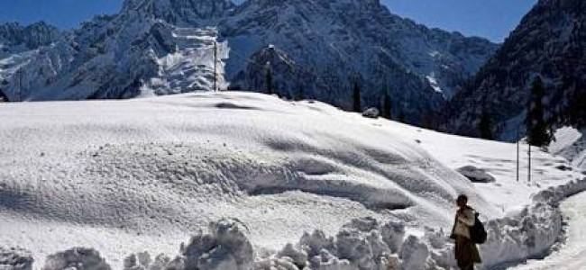 Moderate snow fall in higher reaches of shopian