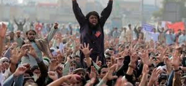 Pak officials defer crackdown on religious protesters blocking