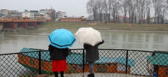 Rains lash Srinagar; bring the river Jhelum lovers on its banks to watch it being swelled by water