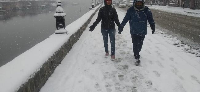 Fresh snowfall in Srinagar thrills people on Boulevard