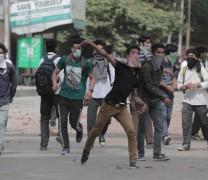 Clashes erupt at M.A Road.Pic: Mudasir Khan